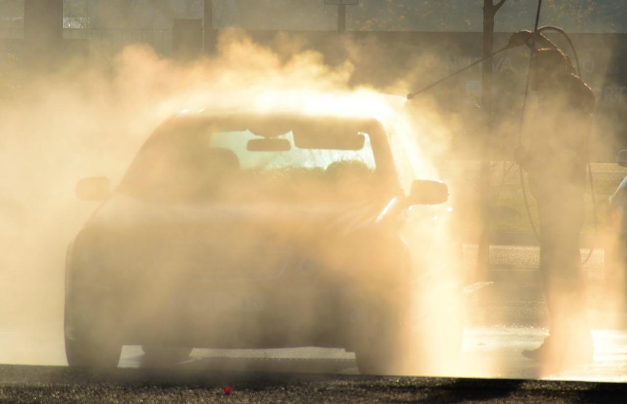 台風の後には必ず洗車すべき?海水の塩害対策の仕方は?
