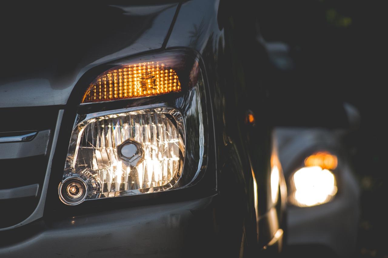 車の夜間走行は原則ハイビーム?道路交通法と対向車への違反行為とは?