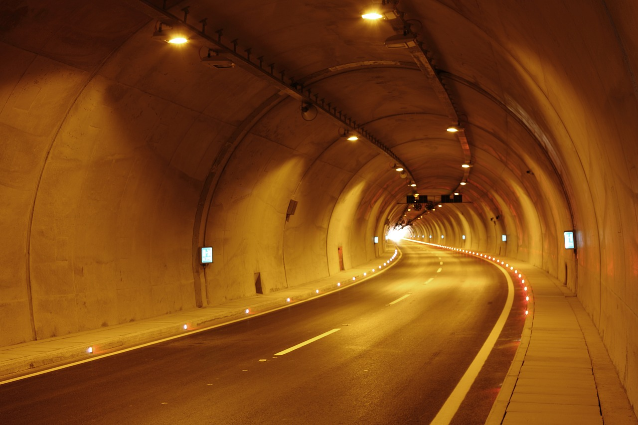 トンネルの照明がオレンジ色と白の理由は?緑のライト光の意味についても
