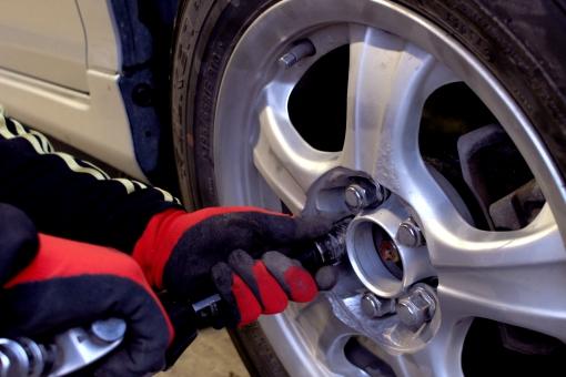 車のタイヤが走行中に外れる原因と前兆とは?ナットの緩みと増し締めについても!
