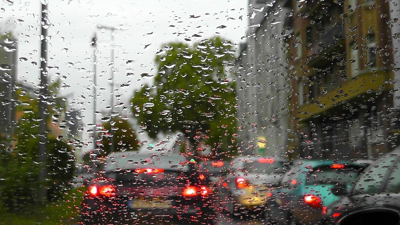 車のフロントガラスが雨でギラギラして見にくい原因は?油膜の取り方についても!