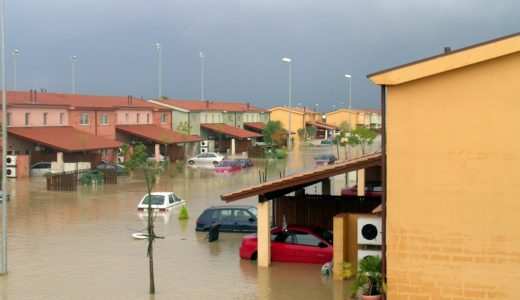 車が水没したら修理代はいくら?水没車に保険は効くのか判断基準についても