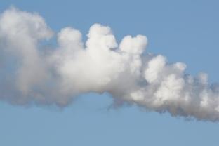 車のマフラーから出る白煙と臭いの原因は?修理代はいくらかかるの?